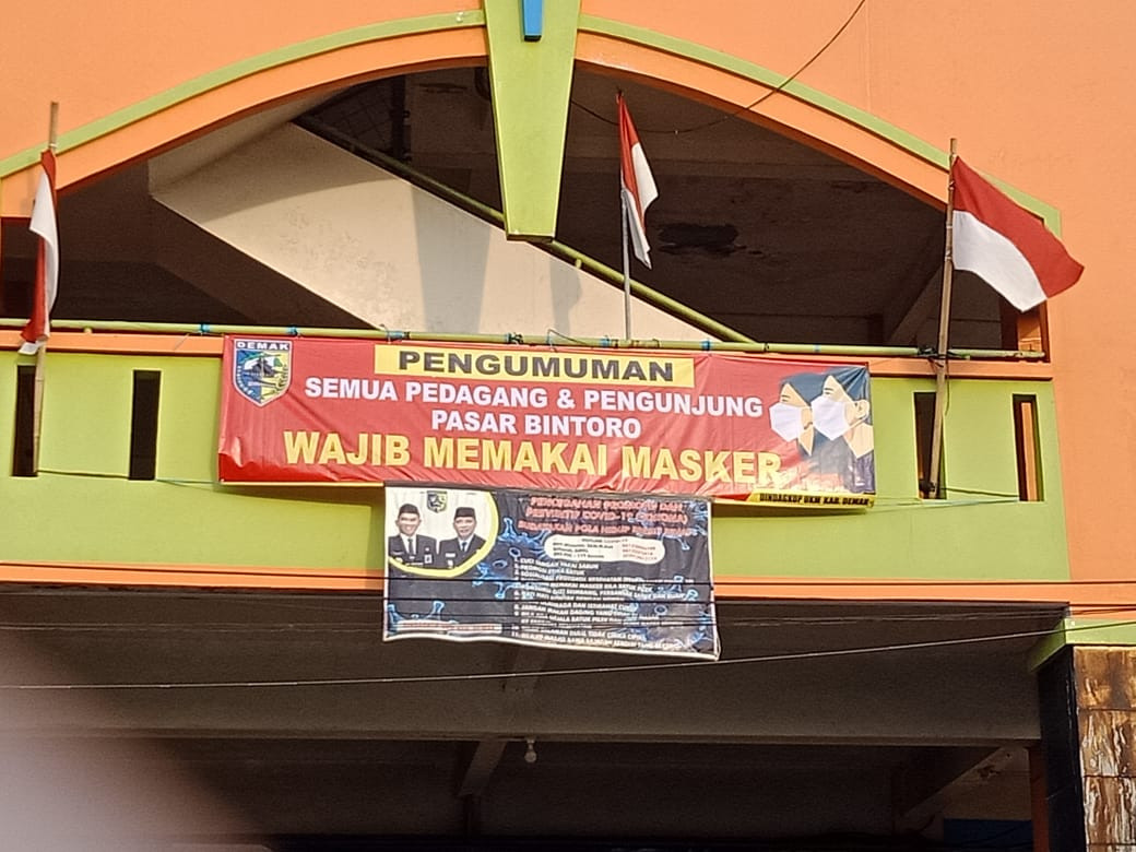 Pemasangan Banner Wajib Masker Di Pasar Bintoro