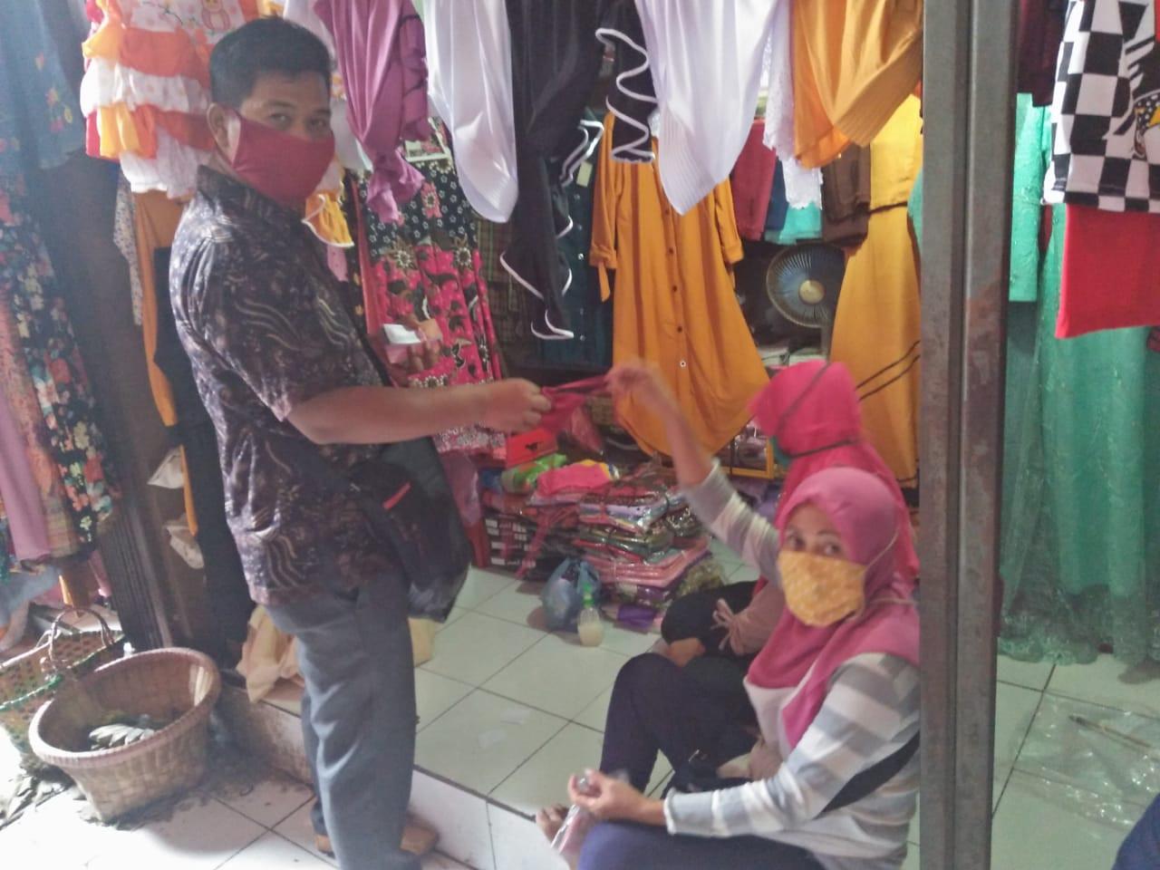 Pembagian Masker Gratis Kepada Pedagang Di Pasar Brambang