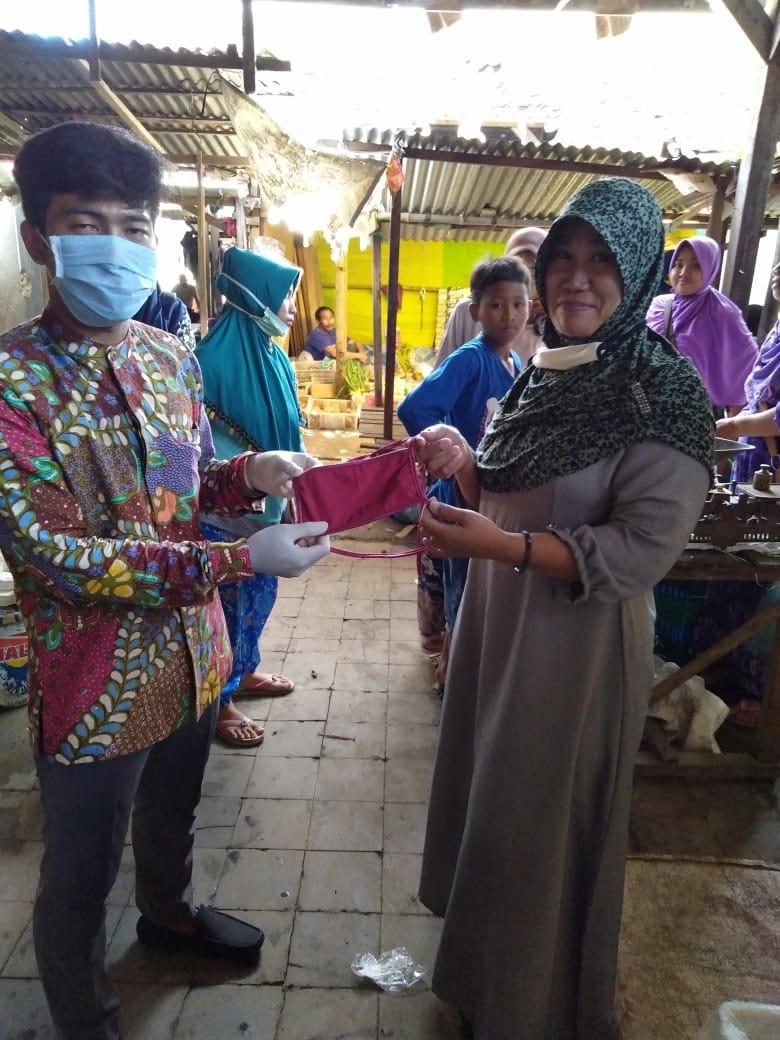 Pembagian Masker Gratis Kepada Pedagang Di Pasar Guntur
