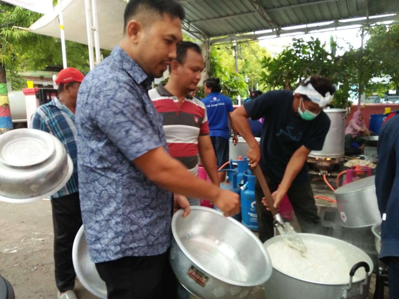Staf Dindagkop UKM Membantu Menyiapkan  Makanan Untuk Korban Bencana Banjir di PMI