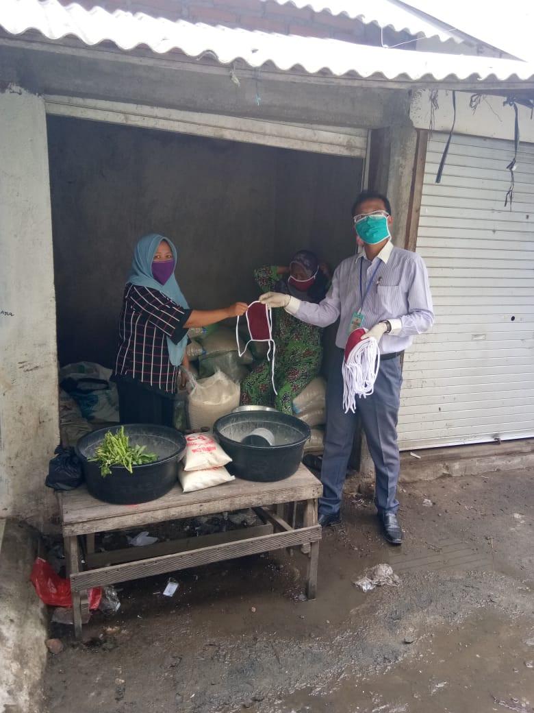 Pembagian Masker Gratis Kepada Pedagang Di Pasar Gebang