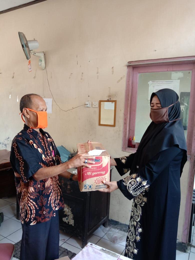 Penyerahan Bantuan Korban Covid 19 Dari Dindagkop Ke Keluarga Istri Bapak Salim