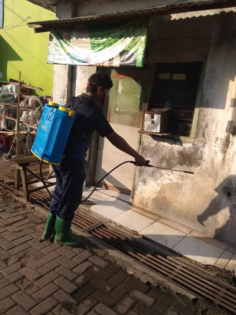 Penyemprotan Rutin Disenfektan Di Pasar Karangayar