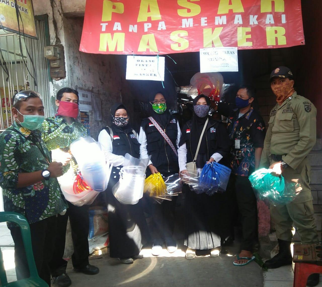 Pembagian Faceshield Dari Dindagkop UKM Untuk Para  Pada Pedagang Di Pasar Gajah