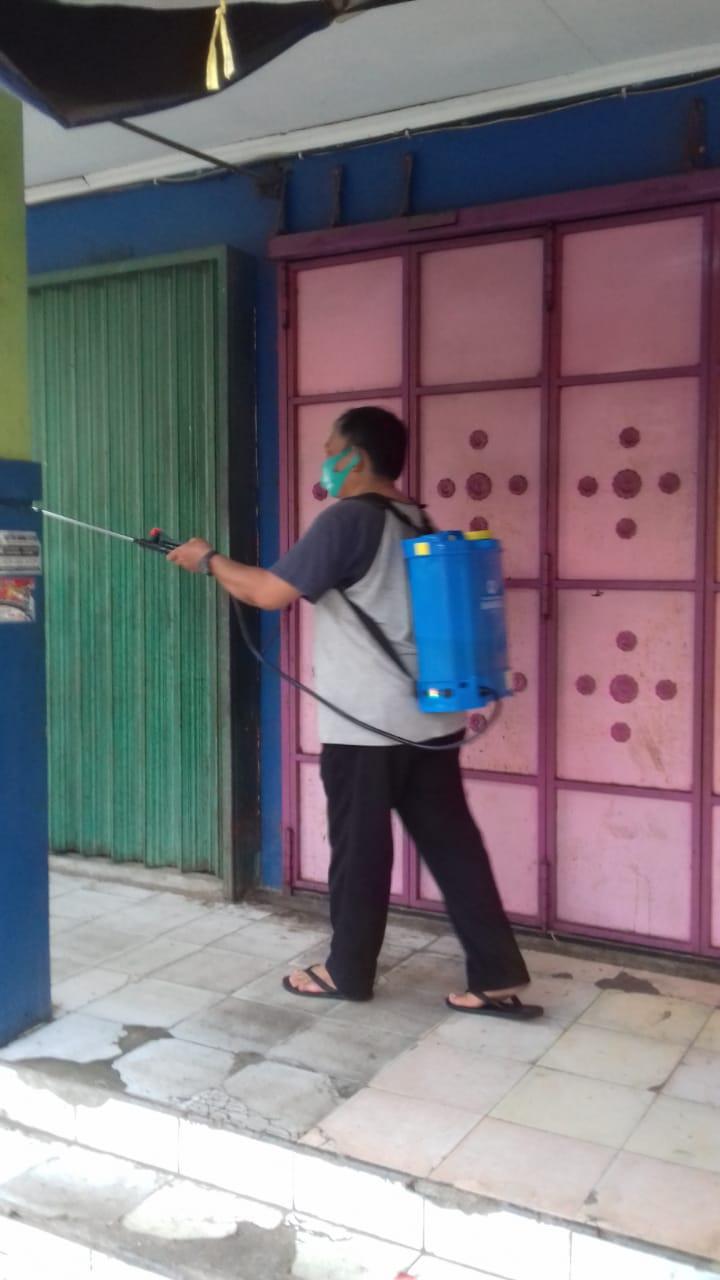 Penyemprotan Disenfektan Pasar Buyaran Guna Mencegah Penyebaran Covid-19 Di Area Jual Beli Pedagang