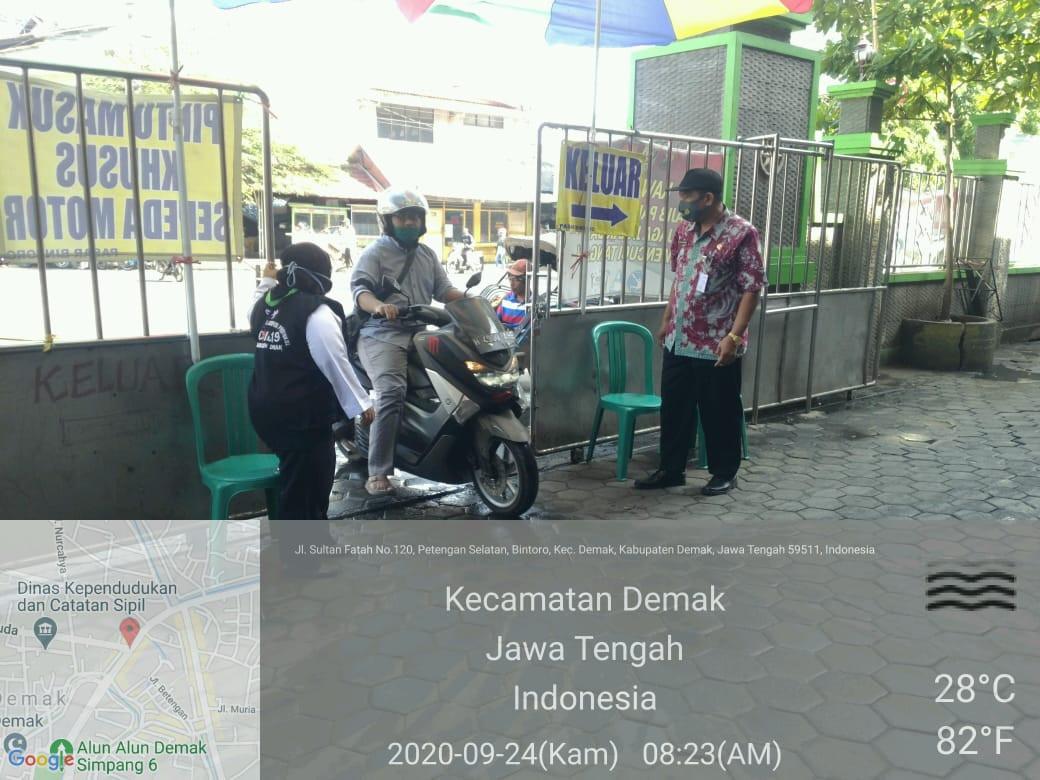 Bapak Kadin Dindagkop UKM Melakukan Monitoring Kesehatan Di Pasar Bintoro