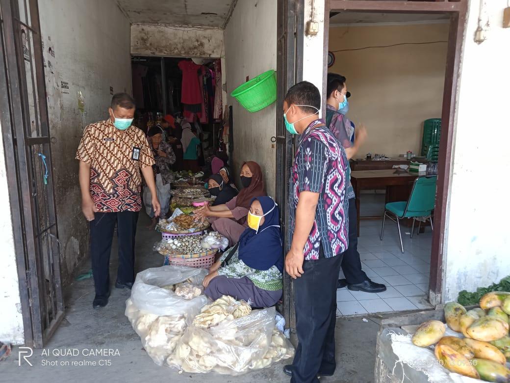 Kasi Ketertiban Dan Kebersihan Dindagkop Melakukan Survei  Di Pasar Wonosalam Dalam Kesiapan Satu Pi