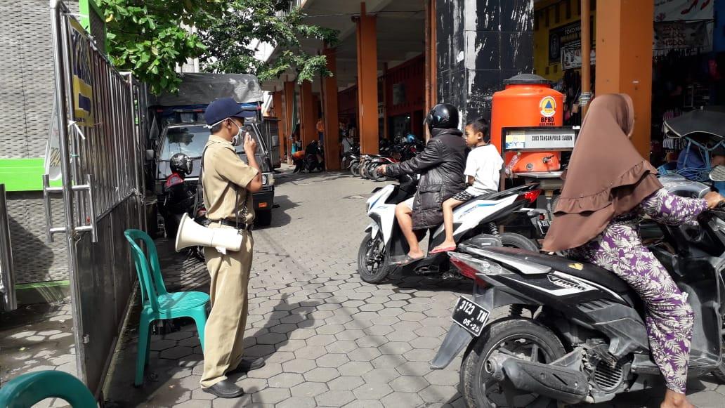 Kegiatan Protokol Kesehatan Penjagaan Pintu Masuk Pasar Bintoro  UPTD Paswil I Senin 21 Desember 202