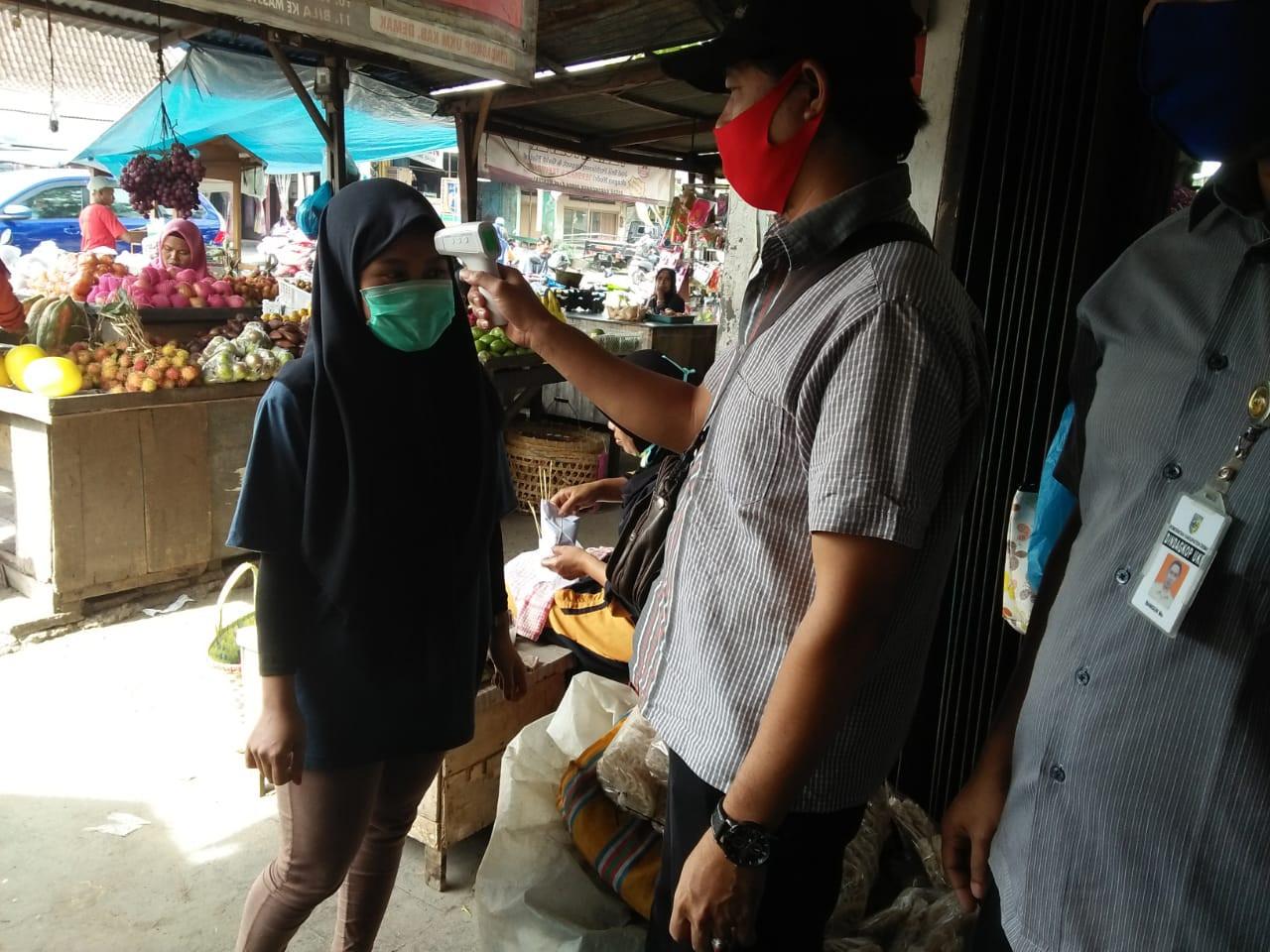 Kegiatan Protokol Kesehatan Penjagaan Pintu Masuk Pasar Brambang UPTD Paswil IV Selasa 22 Desember 2